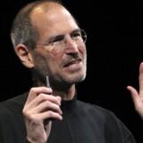 Rolig, folkens, I får jeres nye telefon! Apple-stifter Steve Jobs lancerede nyeste udgave af iPhone-telefonen, der skal blive en succes, fordi den udgår en betragtelig del af Apples omsætning. Foto: Robert Galbraith, Reuters/Scanpix