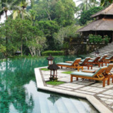 Hotellet er bygget op som en traditionel balinesisk landsby, med en masse små hytter med terrasser.