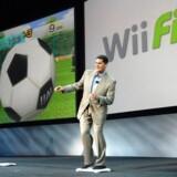 Nintendos amerikanske topdirektør afprøver Nintendos spillekonsol Wii.