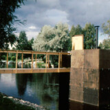 Kunstneren Harri Markkula har skabt saunaen Hot Cube, der flyder i Aurojokifloden i Åbo.