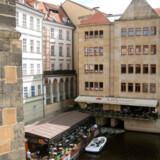 Prags bymidte er ikke fyldt med store glas- og betonhøjhuse. I stedet kan man gå rundt og indsnuse stemningen fra byens storhedstid i de hyggelige gader.