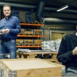 Administrerende direktør i Linimatic Jacob Himmelstrup (tv.) her i produktionen, hvor de blandt andet har specialiceret sig i fremstilling af zinkemner til biler og belysning.