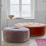 Vi kender bedst Eilersen for deres store udvalg af sofaer i luksusklassen, og nu udvider det danske møbelfirma sortimentet med fire forskellige puffer, så du kan finde en, der passer til din stue. En puf er et dejligt multianvendeligt møbel, som kan udvide sofaen med en ekstra siddeplads eller bruges som fodskammel eller sidebord. Du kan vælge blandt Eilersens store udvalg af tekstiler i uld, velour, hør og bomuld. Puffer fra Eilersen, 1.750-6.670 kr.