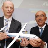 Topchefen i ATR Filippo Bagnato (til højre) og Martin Møller, bestyrelsesformand i NAC efter ordren på 90 ART-600 fly blev underskrevet 18. juni 2013 i lufthavnen i Le Bourget nær Paris under det halvtredsindstyvende internationale Paris Air Show.