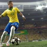Endnu et år, endnu en fodboldkrig. Slaget står mellem »FIFA 16« og »Pro Evolution Soccer 2016«.