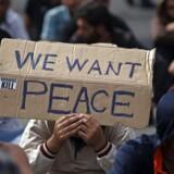 En gruppe asylansøgere protesterede torsdag stilfærdigt over Ungarns håndfaste håndtering af flygtningekrisen fra den serbiske side af grænsen mellem de to lande.