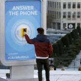 En mand tager den meget omdiskuterede turisttelefon i Bruxelles.