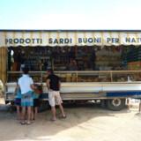 Livet leves i og på det turkisblå vand i Sardiniens nordøstlige hjørne: Smaragdkysten.