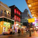 Solen er gået ned over Bourbon Street og det franske kvarter.