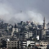 Israelske bombeangreb på Gaza By fortsatte mandag. Her er det i den østlige del af byen, hvor titusindvis af palæstinensere har måttet forlade deres hjem i de seneste dage for at søge ly for den israelske invasion.