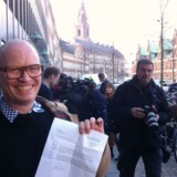 Folketingskandidat Rasmus Nordqvist fra Alternativet med kvitteringen for at have afleveret de for partiet nødvendige underskrifter.