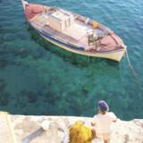 Øen er hverken postkort-perfekt eller jetset-smart, men har masser af rustik charme og – vigtigst af alt – ingen charter-turisme. Den ligger tæt på Athen, men langt nok væk til, at man skal gøre sig umage for at finde den.