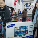Samsung er for ottende år i træk det mest solgte TV-mærke i verden. Her køber et par et apparat i Fairfax i USA. Arkivfoto: Paul J. Richards, AFP/Scanpix