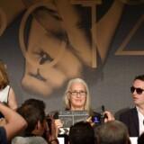 Den new zealandske filminstruktør Jane Campion er årets juryformand ved filmfestivalen i Cannes, og holder her pressekonference sammen med jurymedlem Nicolas Winding Refn. Foto: Alberto Pizzoli.