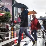 Find paraply og regntøj frem. Onsdag byder på periodevise byger i store dele af landet. Arkivfoto
