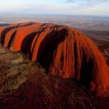 Ayers Rock, som i virkeligheden hedder Uluru, er 348 meter høj og 9.4 kilometer i omkreds. Den står midt i den australske ørken, og farven på sandstenen ser ud til at skifte alt efter lyset, der falder på den.