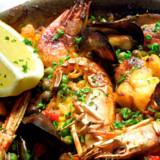 Paella – fiskeretten, der konkurrerer med de små tapasretter om at være Spaniens nationalret.