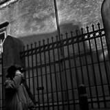 Den jødiske synagoge i Krystalgade i København var i 1985 udsat for et bombeattentat og har siden været beskyttet af et gitter og låste porte. Arkivfoto: Magnus Møller
