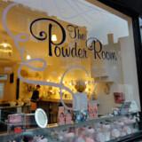 Loungelover regnes for en af de bedste cocktailbarer i hele London, indrettet med Harry Pottersk guld og antikviteter i en nedlagt fabrik.