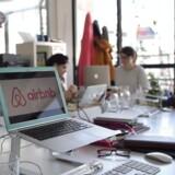 Ansatte arbejder på Airbnb-kontoret i Paris.