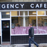 I et net af hyggelige snørklede sidegader med engelske specialforretninger, finder man i en hjørneejendom The Regency Café.