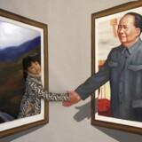 En pige hilser på Mao på en udstilling i december 2013, for at markere 120 års dagen for Maos fødsel. Kineserne er aldrig blevet oplyst om kommunistregimets massemord på sin egen befolkning.
