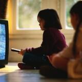 Øv, nu er naboen igen på nettet! Det kan give problemer at tage nuværende TV-frekvenser i brug til mobilt bredbånd. Foto: Colourbox