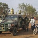 Militærpatrulje i byen Sevare i Mali, hvor flere hoteller har været under angreb af islamiske militante (arkivfoto).