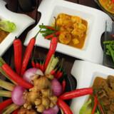Chilien er det malaysiske køkkens allervigtigste krydderi. Derefter følger løg, hvidløg, ingefær og citrongræs.