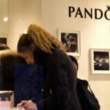 Pandora vil ikke bruge tid og penge på en risikabel retssag, og derfor meddelte ledelsen torsdag morgen, at man ville betale en ekstraregning på 995 millioner kroner til Skat og dermed lukke sagen. Her Pandoras butik på Strøget i København. Foto: Nils Meilvang