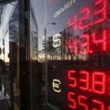 ARKIVFOTO. Den amerikanske dollar fortsætter mandag morgen sin himmelfærd, og yen-svækkelsen er intakt.