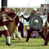 Nutidens indbyggere i Normandiet står ikke tilbage fra deres vikingeforfædre, når der er udsigt til en god kamp. Her er det vikingetids-entusiaster i byen Les Andelys.