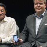Sony-koncernens topchef Kaz Hirai flankerer her Bert Nordberg, som rykker fra posten som direktør for Sony Mobile - det tidligere Sony Ericsson - til formand samme sted.