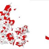 Her er Danmarks sorte huller - selv om de er røde. Kortet fra IT- og Telestyrelsen viser de postdistrikter, som har den dårligste bredbåndsdækning, og hvor det kommende salg af 800 MHz-radiofrekvensen vil kunne sikre, at man får mobilt bredbånd på 10 megabit i sekundet.