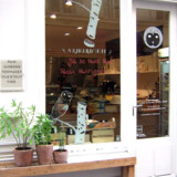 Med Julhès kan man tale om en delikatesseforretning, der sælger lokale produkter. Osten modnes i butikkens kælder, chokoladerne formes i det tilstødende laboratorium, brødet bages i den store ovn bag disken, og isen kommer direkte fra ismaskinen.