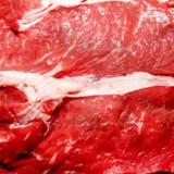 DTU Fødevareinstituttet anbefaler, at danskerne begrænser deres forbrug af fuldfede oste, smør og kød for at leve op til anbefalingerne fra Fødevarestyrelsen. Men tre skiver fed skiveost om dagen er ifølge forskeren ikke usundt.