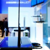 De ER altså tynde, de nye OLED-fladskærmsfjernsyn - men de er også dyre. Det er to år siden, at Samsung fremviste denne prototype. Nu sættes de ultraflade skærme i produktion, hvilket skal skaffe indtjening til de trængte producenter. Arkivfoto: Ethan Miller, AFP/Scanpix
