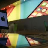 Analyse fra Piper Jaffray viser, at iPhone-kunder afventer en ny model fra Apple - og dermed udsætter køb af ny mobil, mens en anden analyse fra Wallet Hero peger på, at kunder vil have længere batteritid og en større skærm på iPhone.