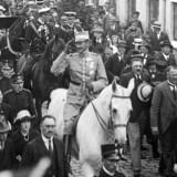At manden til hest er Kong Christian X, og at billedet er taget i 1920, det vil sikkert være ny viden for en del læsere. Lars Barfoed er bekymret.