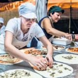 Så er der gang i det helt store pizzabageri. Hele byen er til middag, så der skal laves 500 pizzaer.