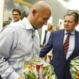 Søren Pape og Lars Barfoed med blomster efter gruppemødet hos de Konservative.