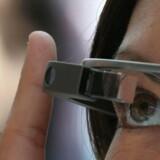 Googles intelligente briller Google Glass sad på næsen af en kvinde, da hun blev stoppet af politiet i sin bil i oktober. Det gav en bøde, men hun har nu taget sagen til retten i USA.