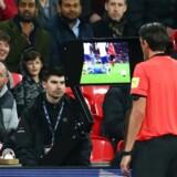 Gang i VAR. Den tyske dommer Deniz Aytekin konsulterer videodommeren i forbindelse med en venskabskamp på Wembley mellem England og Italien for godt et par måneder siden.