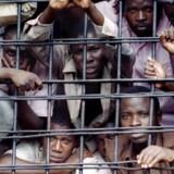 Gitarama Prison i Rwanda er blevet beskrevet som »Helvede på jord« - og med god grund. Fængslet er et af de mest overfyldte i verden og huser over 6000 fanger, selvom det kun er designet til 500. Hver ottende fange dør efter sigende som følge af vold eller sygdom, og de overfyldte celler betyder, at mange fanger står op hele døgnet i mangel på plads. De ekstreme vilkår, som de indsatte lever under, har medført grusomme historier om kannibalisme pga. sult.