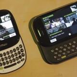 Sådan så den ud, Microsofts Kin-telefon, som kom - meget kortvarigt - i 2010. Nu rumler det igen hos softwaregiganten. Arkivfoto: Robert Galbraith, Reuters/Scanpix