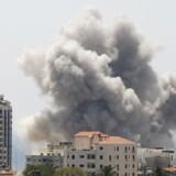 Røg stiger til vejrs efter det øjenvidner har betegnet som et israelsk luftangreb på Gaza City.