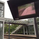 På alle perroner på Kystbanen er der opsat skærme for mange millioner. Indtil videre til ingen nytte.