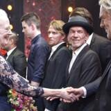 Festaften i Musikhuset i Aarhus for Dronning Margrethe der fylder 75 år . Her hilser Regentparret på de optrædende kunstnere på scenen efter showet.