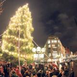 Kendetegnende for julemarkeder er masser af lys og og varme – og mange mennesker. Og så selvfølgelig noget sødt og godt til at købe med hjem.