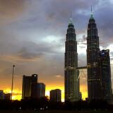 Ved første blik dominerer de moderne skyskrabere med tvillingetårnene Petronas Towers i spidsen Kuala Lumpur.